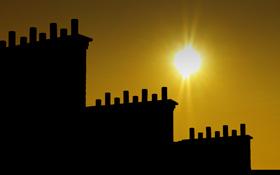 Im Sommer scheint die Sonne, im Winter benötigen wir Energie zum Heizen. Kann man in der heißen Jahreszeit die Wärme für einen ganzen Winter speichern? Bild: K.-A.