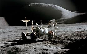 Hier steht der Astronaut James Irvin bei einem Stopp neben dem Mond-Auto. Im Hintergrund der mächtige Mons Hadley. Bild: NASA