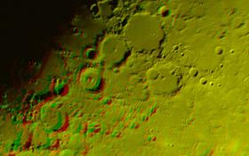 """Nahe der """"Mondmitte"""" liegen diese bis zu 150 Kilometer großen Krater. Der mittlere der drei auffälligen Krater oben im Bild ist der geheimnisumwitterte Alphonsus. Seit 1958 behaupten einzelne Beobachter, leuchtende Gaswolken über dem Kraterboden gesehen zu haben. Dabei handelt es sich vermutlich um Ausgasungen aus dem Mondinneren. Bis heute ist dieses Geheimnis aber nicht ganz aufgeklärt. Bild: Rolf Hempel (DLR)"""