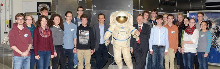 DLR-Chef Prof. Johann-Dietrich Wörner und ESA-Astronaut Pedro Duque zusammen mit den Siegerinnen und Siegern von Jugend forscht. Bild: DLR