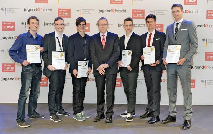 Matthias Becker, Maurice Zeuner, Konstantin Schwark. DLR-Chef Prof. Johann-Dietrich Wörner, Max Bräuer, Florian Grunow und Niklas Wenner (von links nach rechts).
