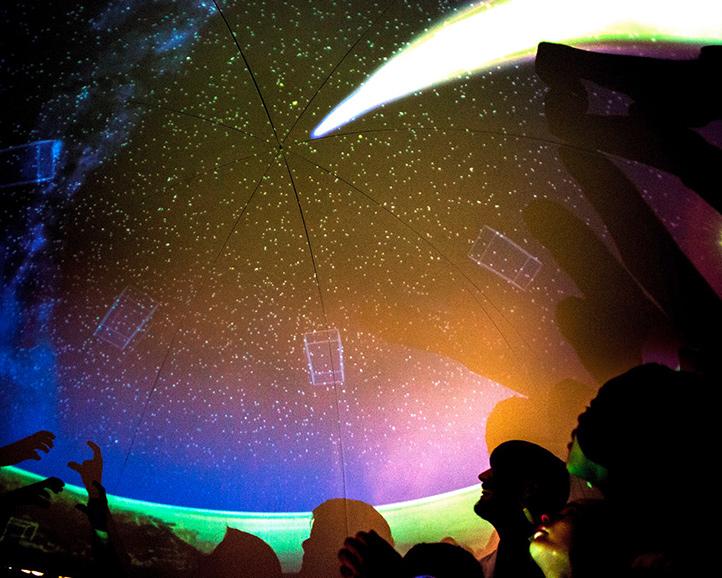Im DLR_School_Lab Bremen: Schattenspiele unter dem sogenannten Myonen-Teleskop. Es macht (harmlose) Strahlung sichtbar, die aus dem Weltraum auf die Erde trifft. Dieses Foto stammt von einem früheren Besuch einer Schulklasse.