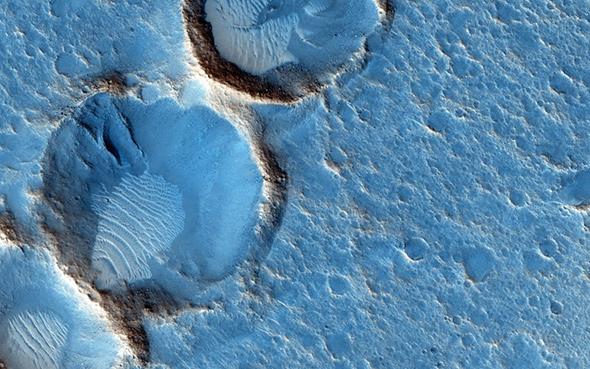 Auf diesem Falschfarbenbild sieht man Dünen – ebenfalls in Acidalia Planitia. Die Daten stammen von der HiRISE-Kamera auf der NASA-Sonde MRO. Solche Falschfarbenbilder werden oftmals angefertigt, um Einzelheiten im Bild besonders gut sichtbar zu machen. Bild: NASA