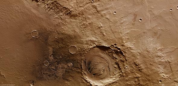 Innerhalb des riesigen Schiaparelli-Kraters befindet sich dieser etwa 40 Kilometer große Krater. Die Aufnahme stammt von der HRSC-Kamera, die an Bord der ESA-Sonde Mars Express den Roten Planeten umkreist. Bild: ESA, DLR, FU Berlin