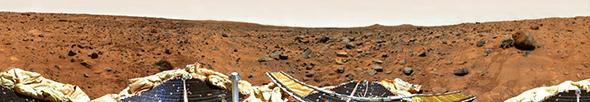 Am 4. Juli 1997 landete die Sonde Pathfinder auf dem Mars. Der kleine Rover Sojourner (hier rechts im Bild an einem Felsbrocken) erkundete ferngesteuert die nähere Umgebung. Bild: NASA