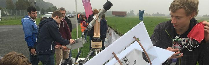 Schüler-Teams aus ganz Deutschland waren beim CanSat-Finale in Bremen dabei. Hier letzte Startvorbereitungen für die Mini-Satelliten. Bild: DLR