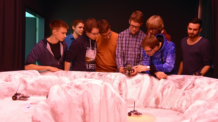 """Die Jugend-forscht-Sieger lassen Mini-Rover über eine """"Mars-Landschaft"""" fahren. Bild: DLR"""