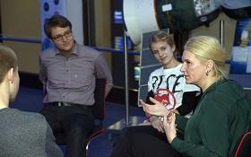 Die DLR-Vorstandsvorsitzende Prof. Ehrenfreund im Gespräch mit Siegerinnen und Siegern von Jugend forscht. Bild: DLR
