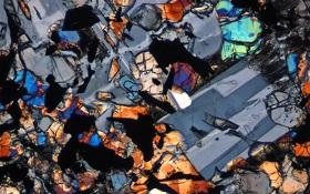 Nein, das ist keine abstrakte Kunst. So sieht Mondgestein unter dem Mikroskop aus. Es handelt sich um eine Probe der Apollo-Missionen. Bild: NASA
