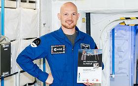 Alexander Gerst mit dem Unterrichtsmaterial zu seinem Flug – aufgenommen vor dem Start. Bild: DLR CC-BY