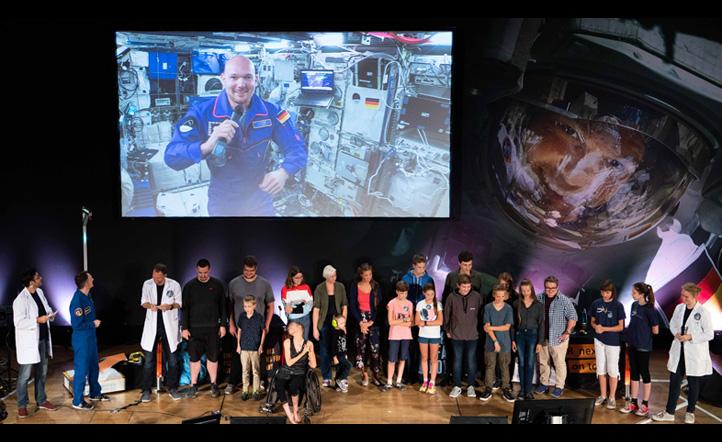 Kinder und Jugendliche beim Livecall mit dem ESA-Astronauten Alexander Gerst. Bild: DLR/Timm Bourry und David Senkic