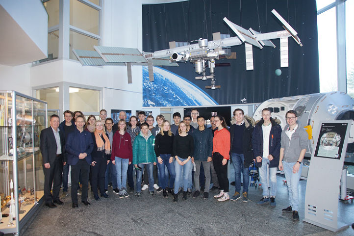 Die Jugend-forscht-Teilnehmer zusammen mit Führungskräften des DLR im Raumfahrtkontrollzentrum. Bild: DLR