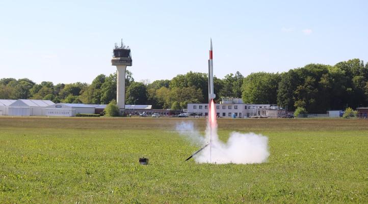 Ein Minisatellit wird mit einer kleinen Rakete in eine Höhe von etwa 1000 Metern befördert. Die beteiligten Schulteams konnten den Start per Livestream verfolgen. Bild: DLR