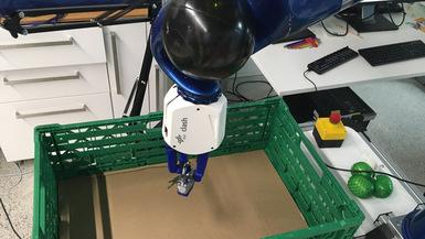 CLASH greift ein Vorhängeschloss aus dem YCB Objekt Set.