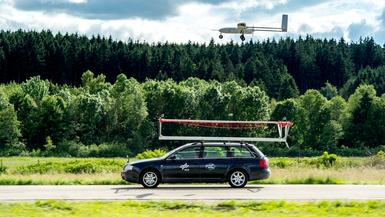 Penguin UAV im Anflug auf mobile Landeplattform