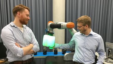 Hannes Höppner and Roman Weitschat with the airbag for robot end effectors