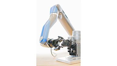Roboterarm SARA beim Montageprozess einer Gehäuseabdeckung einer Standheizung