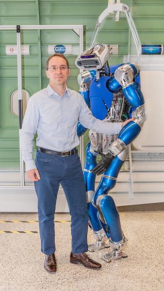 """""""Torque Controlled Humanoid Robot""""  ist ein humanoider Roboter der mit Sensoren und nachgiebigen Gelenken ausgestattet ist. Mithilfe dieser Technik lernt er menschliche Bewegungsabläufe fließend nachzuahmen."""
