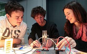Die Zukunft zum Greifen nah: Im DLR_School_Lab Berlin experimentieren Nachwuchsforscher mit Brennstoffzellen. DLR/Gossmann