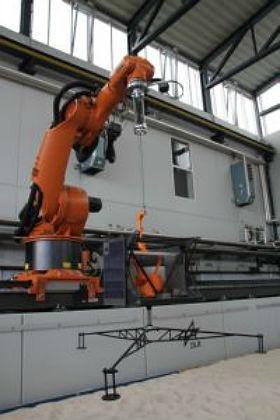 Mithilfe eines Roboterarms können zum Beispiel die Roboterräder auch unter geringerer Schwerkraft getestet werden. Quelle: DLR (CC-BY 3.0).