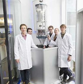 Der Space Tower wurde vom ZARM eigens für das DLR_School_Lab entwickelt und bietet die Möglichkeit, eine Kapsel in über eine Sekunde Schwerelosigkeit zu bringen. Bild: DLR