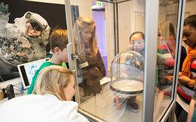 Wie verhält sich Wasser, Schall und vieles mehr im Vakuum? Mit den Experimenten in der Vakuumglocke kann dem Vakuum auf den Grund gegangen werden. Bild: DLR