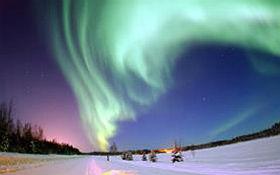 Grüne Polarlicher entstehen, wenn Sonnenwinde die Erde erreichen. Bild: DLR (CC-BY 3.0).