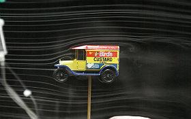 Wirbel hinter einem Spielzeugauto. Bild: DLR (CC-BY 3.0).