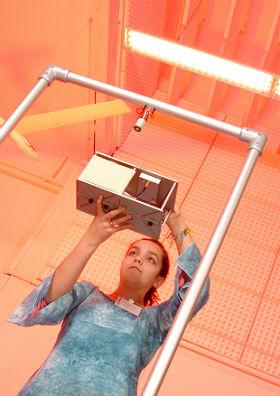 Kasten mit Experiment im Mini-Fallturm. Bild: DLR