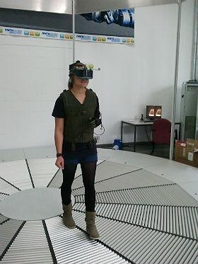 Schülerin während eines virtuellen Rundgangs auf dem Mars. Bild: RWTH Aachen
