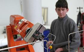 Schüler beim Experimentieren mit einem Roboter. Bild: RWTH Aachen.
