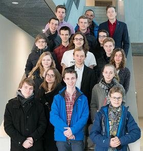 Die jugendlichen Gäste mit Dr. Hausamann, dem Leiter des DLR_School_Labs Oberpfaffenhofen. Bild: DLR
