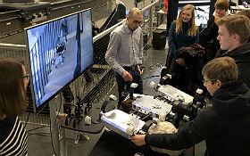 Eine von vielen Stationen des Besuchsprogramms: Hier wird das Modell eines Planeten-Rovers vorgestellt. Bild: DLR