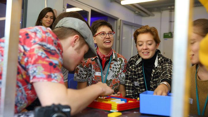 Nachwuchsforscher erschaffen ihre eigene 3D-Welt. Bild: DLR