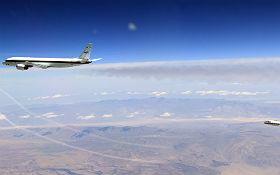 Das DLR-Forschungsflugzeug Falcon im Formationsflug – dem Klimawandel auf der Spur. Durch direkte Messung wird im Flug untersucht, wie Kondensstreifen entstehen. Auch diese haben einen Einfluss auf den Treibhauseffekt.  Bild: NASA