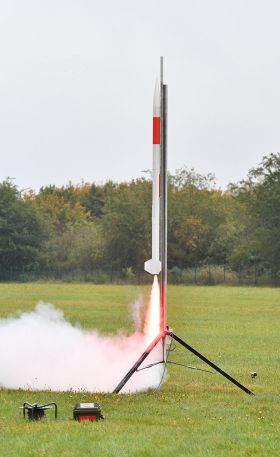 Mit einer Rakete wird der Minisatellit auf eine Höhe von etwa einem Kilometer geschossen. Bild: DLR