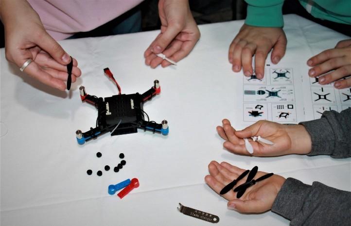 Schülerinnen und Schüler bauen einen Quadrocopter aus LEGO®-Steinen. Bild: Universität Augsburg