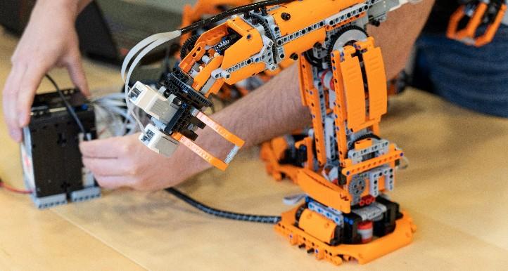 LEGO®-Roboter werden im Experiment genauso gesteuert  wie ihre großen Industriekollegen. Bild: Universität Augsburg