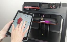 Eine Schülerin entwirft ein CAD-Modell für den 3D-Druck. Bild: Universität Augsburg