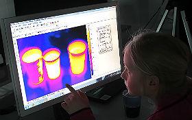 Experimente mit der Infrarotkamera im DLR_School_Lab Berlin. Bild: DLR/Gossmann