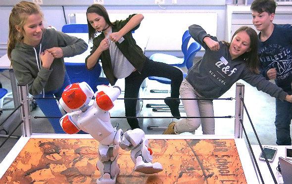 Wie halten Roboter ihr Gleichgewicht? Spielerisch lernen die Schülerinnen und Schüler einige grundlegende Prinzipien der Robotik kennen. Daneben sind auch die Erkundung des Sonnensystems sowie Luftfahrt, Sensorik, Energie- und Verkehrsforschung Themen des DLR_School_Lab Berlin. Bild: DLR