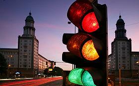 Was ist bloß mit der Ampel los? Für Steuerungsfehler wird im DLR_School_Lab Berlin niemand haftbar gemacht. Bild: Nuon Stadtlicht (Flickr, CC BY-ND 2.0)