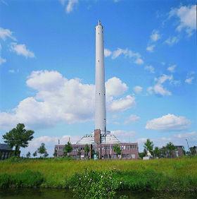 Der 110 Meter hohe Fallturm des Zentrums für angewandte Raumfahrttechnologie und Mikrogravitation (ZARM) in Bremen ermöglicht für 9,3 Sekunden Experimente in Schwerelosigkeit. Bild: ZARM, Fallturm Betriebsgesellschaft