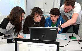 Wenn irgendwo auf unserem Planeten die Erde kräftig bebt, können die Schülerinnen und Schüler die Seismometer-Daten gleich auswerten.  Bild: DLR / Gossmann