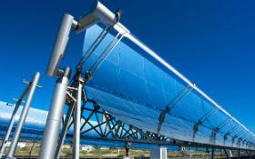 Auf einer Versuchsanlage in Almeria/Spanien forscht das DLR an solarthermischen Kraftwerken und Wärmespeichern, um die Stromproduktion von der Sonneneinstrahlung zu entkoppeln. Bild: DLR (CC-BY 3.0)