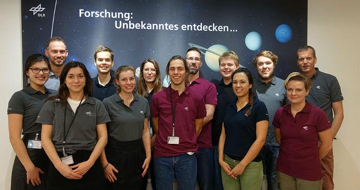 Das Team des DLR_School_Lab Berlin. Bild:  © DLR, alle Rechte vorbehalten, jegliche Weiterverbreitung verboten