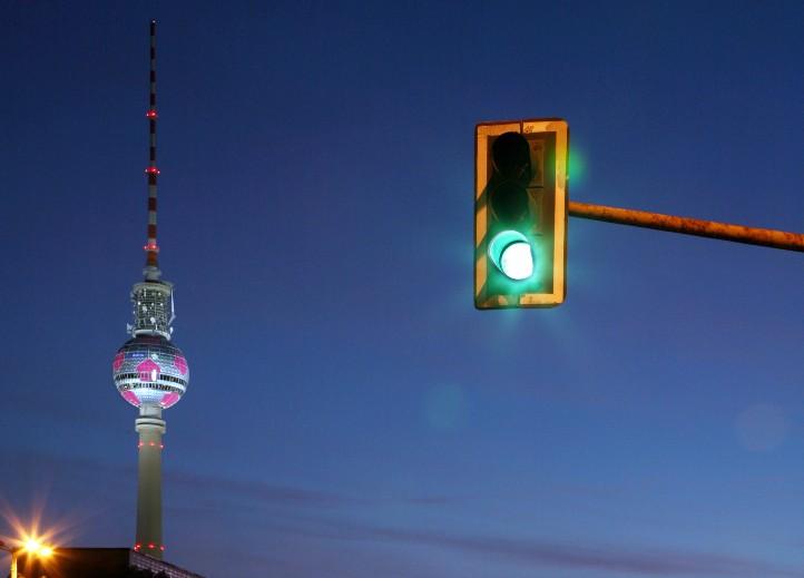 Der Traum eines jeden Autofahrers: Wenig Verkehr und nur grüne Ampeln. In der Wirklichkeit sieht es oft anders aus. Bild: Nuon Stadtlicht (Flickr, CC BY-ND 2.0)