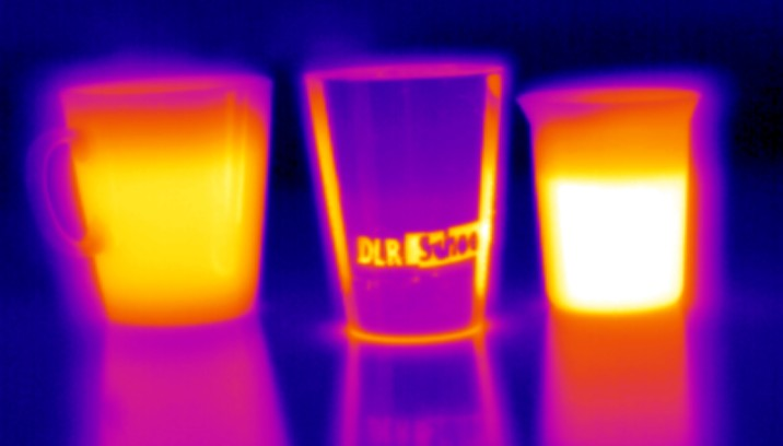 Tassen aus verschiedenen Materialien mit einer Wärmebildkamera fotografiert. Bild: DLR (CC-BY 3.0)