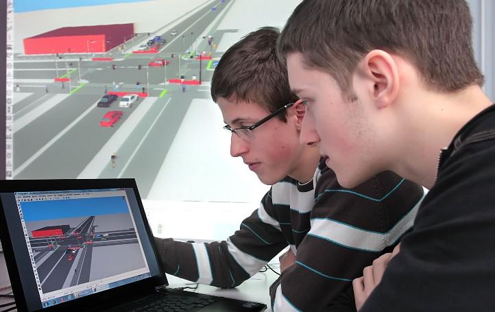 Gefährliche Eingriffe in den Straßenverkehr? Im DLR_School_Lab Berlin können Nachwuchsforscher gefahrlos in einer Simulation unter anderem Ampelschaltungen optimieren. Bild: DLR/Gossmann