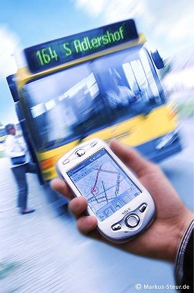 Im DLR_School_Lab führt der Weg zur Erkenntnis mit GPS-Empfängern nach draußen. Bild: DLR/Markus Steur